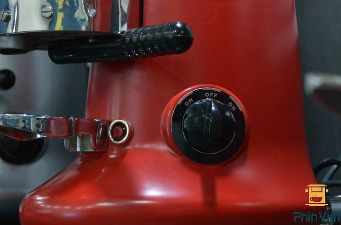 Thân máy được làm từ hợp lim thép rắn chắc