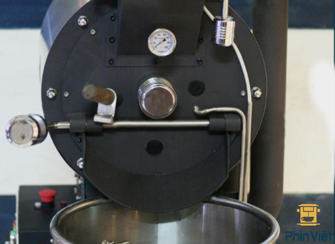Thiết kế mặt trước có kính trong suốt thuận tiện cho việc quan sát cafe khi rang